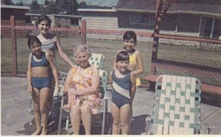 Judi, Carolyn, Mamar, Debbie, me at the pool at Vermont Court